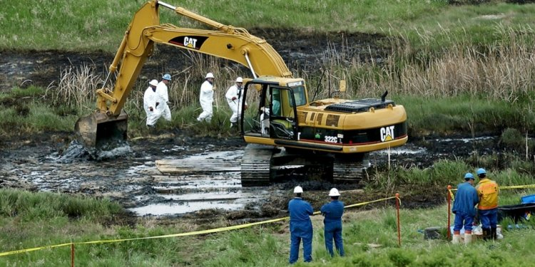 Why are oil spills a problems?