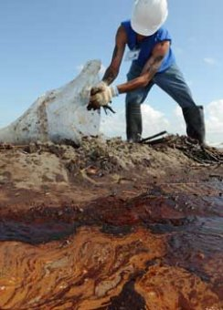 volunteer cleans up oil spill in the gulf, might have health risks later